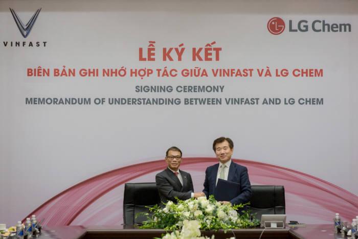 지난해 9월 베트남에서 열린 LG화학과 베트남 완성차업체 빈패스트와 상호 협력을 위한 MOU를 체결식에서 김종현 LG화학 전지사업본부 사장(오른쪽)과 Vo Quang Hue 빈그룹 부CEO. (사진=빈패스트)