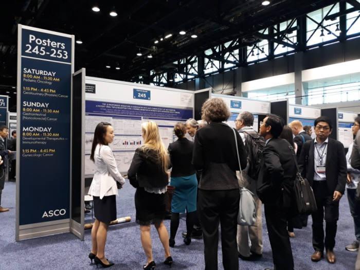 지난해 6월 미국 시카고에서 열린 미국임상종양학회(ASCO) 내 메드팩토 부스에서 참관객이 백토서팁 설명을 듣고 있다.