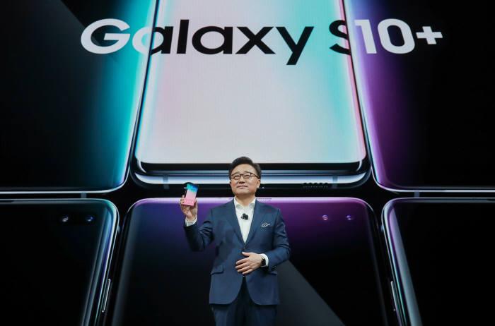 삼성 갤럭시 언팩 2019 행사에서 고동진 삼성전자 IM사업부문장(사장)이 갤럭시S10을 소개하고 있다.