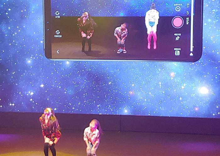 LG유플러스가 자율주행·스마트 드론·증강현실(AR)을 접목한 5G 공연 U+5G 드림콘서트를 진행했다. 사진은 U+5G 드림콘서트에서 청하가 U+AR 서비스를 선보이고 있는 모습