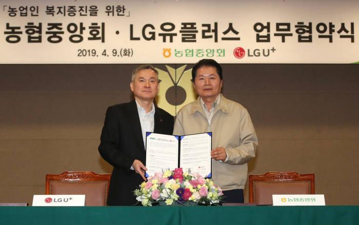 하현회 LG유플러스 부회장(왼쪽)과 김병원 농협중앙회 회장이 농업인 복지·안전 증진과 농촌 삶의 질 향상을 위한 정보통신기술(ICT) 융복합사업 추진 협약을 체결했다.