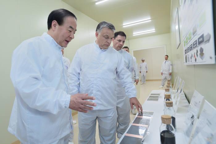 헝가리 괴드시에 위치한 삼성SDI 전기차 배터리 공장 준공식에서 전영현 삼성SDI 사장(왼쪽)이 빅토르 오르반 헝가리 총리에게 리튬이온 배터리 소재를 설명하고 있다.