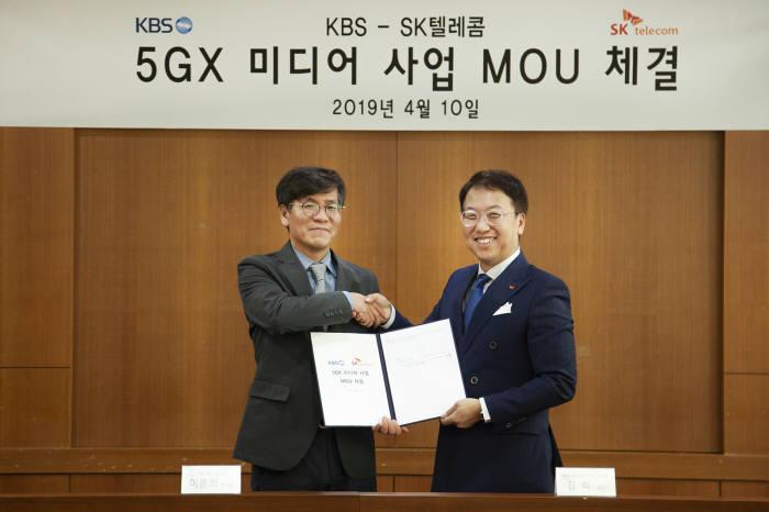 이훈희KBS 제작2본부장(왼쪽)과 김혁SK텔레콤 5GX 미디어사업그룹장이 5G 기반 뉴미디어 사업 개발 양해각서를 교환했다.