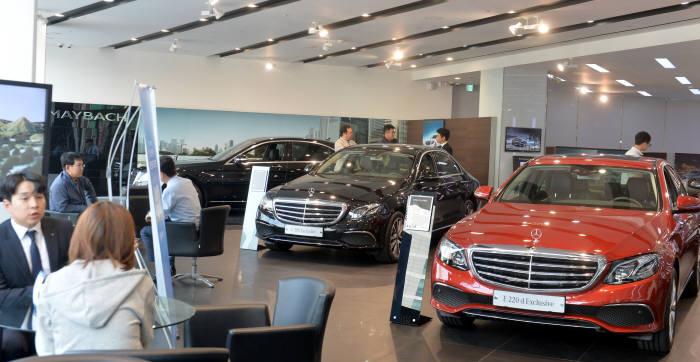 메르세데스-벤츠 전시장에서 고객들이 신차 구매 상담을 하고 있다. (전자신문 DB)