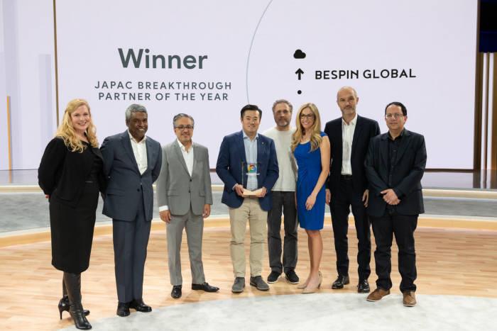 이한주 베스핀글로벌 대표(왼쪽에서 네 번째)가 구글 클라우드 넥스트 19에서 올해 혁신적 파트너상을 수상하고 기념촬영하고 있다. 베스핀글로벌 제공