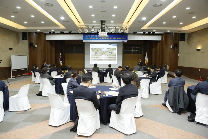 성남산업진흥원은 삼성증권과 10일 킨스타워 7층 대강당에서 4차 산업과 헬스케어 산업 융합을 통한 혁신, 미래, 새로운 도약을 주제로 헬스케어 포럼을 개최했다.