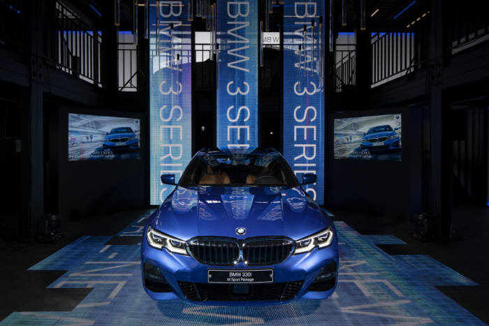 서울 삼성동 코엑스 앞 디지털 큐브에 전시된 BMW 뉴 3시리즈.