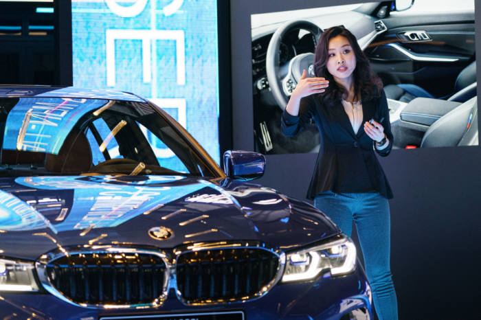 BMW 뉴 3시리즈 인테리어 디자인을 담당한 김누리 디자이너가 차량을 설명하고 있다.