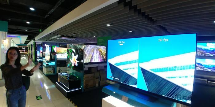 선전시 내 순다이에 위치한 TV 매장 모습. OLED TV를 크기별로 전시했다. 일부러 매장을 어둡게 조성해 소비자가 쉽게 화질을 비교할 수 있도록 했다. (사진=전자신문DB)