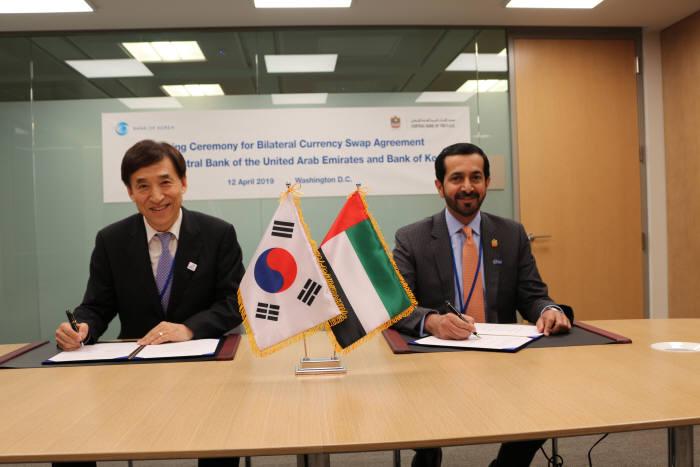 12일 오후 4시(한국 기준 13일 오전 5시) 한국은행 이주열 총재와 알 만수리 UAE 중앙은행 총재가 미국 워싱턴 국제통화기금(IMF) 본부에서 양국간 통화스왑계약서에 서명했다.