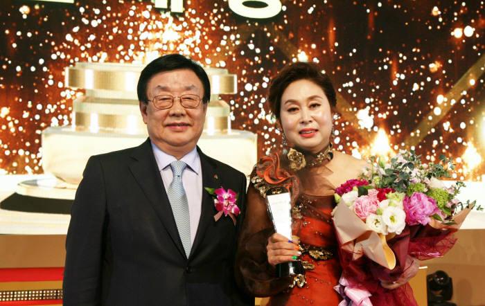 김정남 DB손해보험 사장(왼쪽)과 판매왕 장순기 PA가 수상식을 마친 뒤 기념촬영했다.