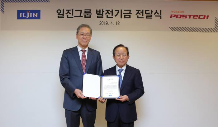 허진규 일진그룹 회장(오른쪽)과 김도연 포스텍 총장.