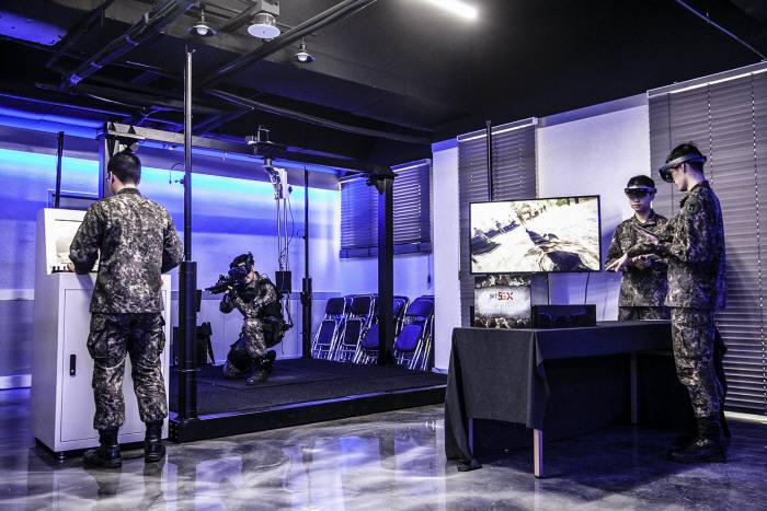 육사 생도가 VR 기기를 착용하고 가상공간에서 전술훈련을 받고 있다.