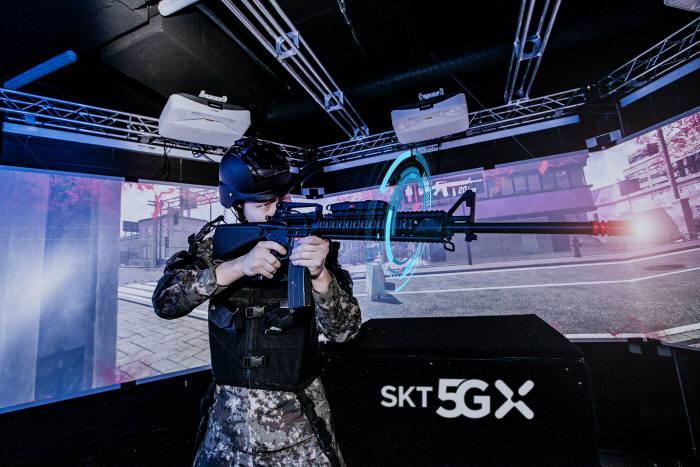 육사 생도가 VR 기반 정밀사격훈련 시뮬레이터로 전시 상황 사격훈련을 하고 있다.