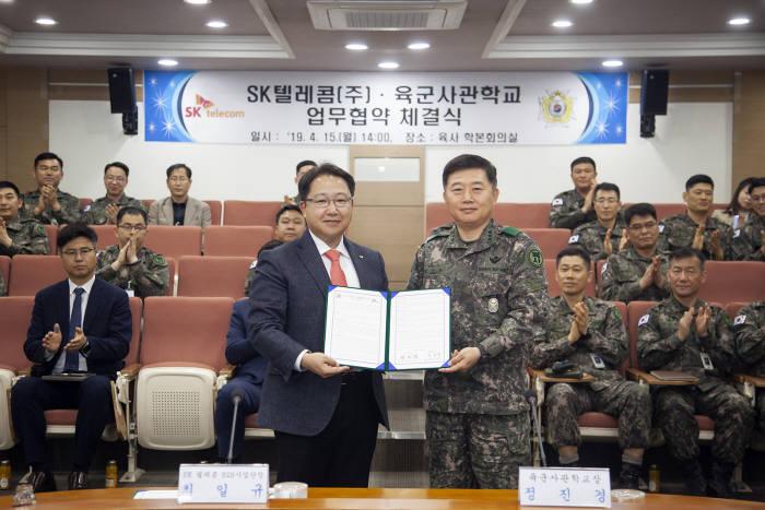 최일규 SK텔레콤 B2B 사업단장(왼쪽)과 정진경 육군사관학교 교장이 15일 5G 기술 기반의 스마트 육군사관학교 구축을 위한 업무 협약을 체결했다