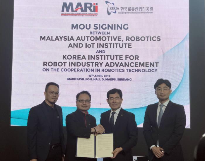 한국로봇산업진흥원이 말레이시아 자동차·로봇·IoT 진흥원(MARii)과 로봇사업 협력협약을 맺었다. 사진 왼쪽에서 세번째가 문전일 한국로봇산업진흥원장.