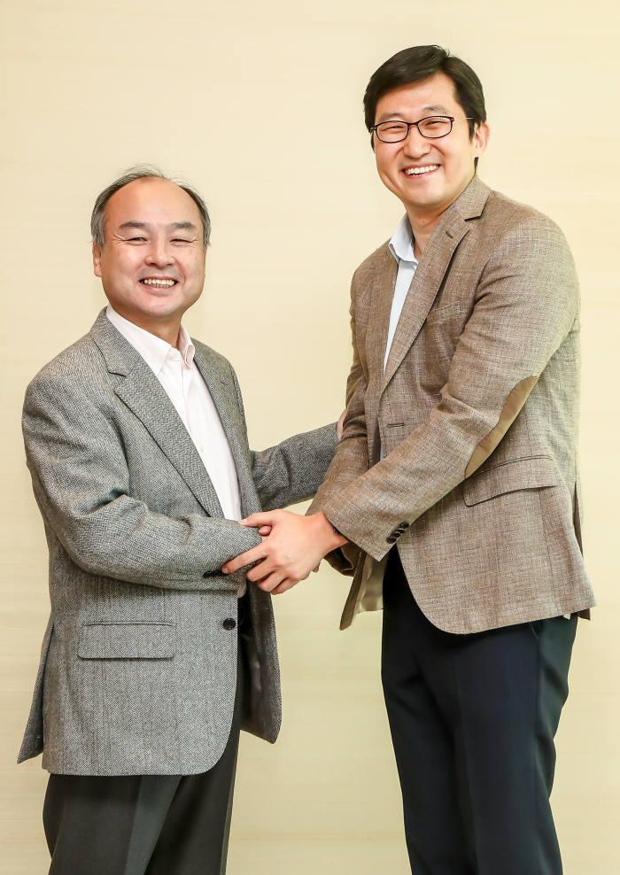 왼쪽부터 손정의 소프트뱅크 그룹 회장과 김범석 쿠팡 대표