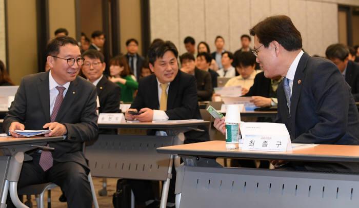 최종구 금융위원장과 김학수 금융결제원장이 대화하고 있다.