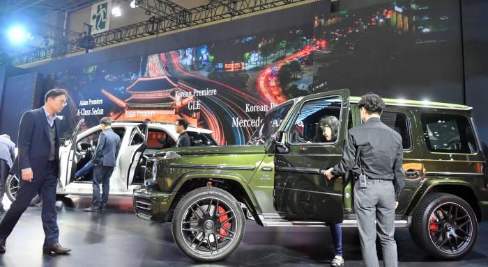 2019 서울모터쇼 현장에서 관람객들이 메르세데스-벤츠 차량을 살펴보고 있다. (전자신문 DB)
