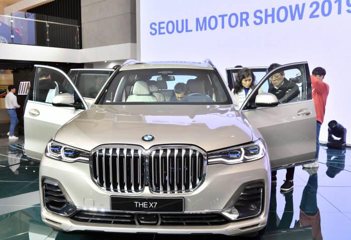 BMW가 2019 서울모터쇼 현장에 전시한 뉴 X7. (전자신문 DB)