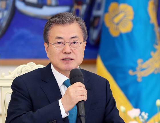 문재인 대통령이 15일 청와대에서 군 장성 진급 및 보직 신고를 받은 후 환담하고 있다<사진:청와대>