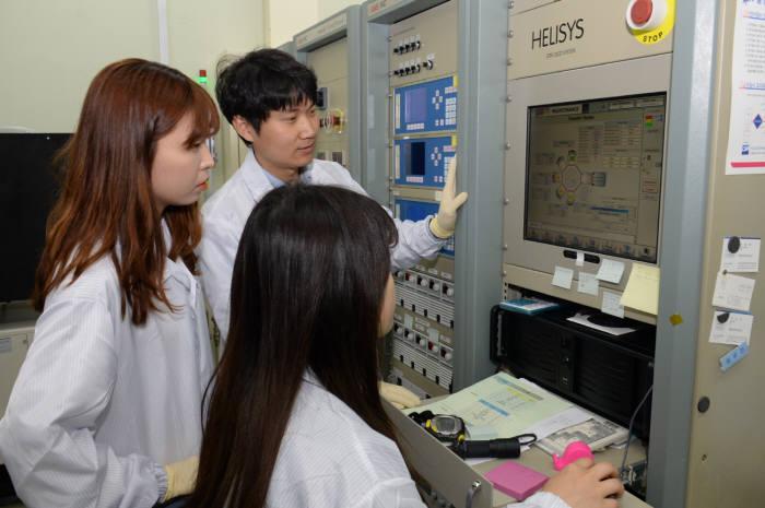 ETRI 연구진이 증착 장비로 QLED 공정을 진행하는 모습. 왼쪽부터 시계 방향으로 최수경 연구원, 이현구 선임 연구원, 이강미 연구원.