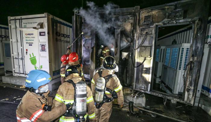 지난해 5월 한국전력 경산변전소 내 에너지저장장치(ESS)에서 화재가 발생했다. 이날 화재로 배터리 1개동(16㎡) 등이 불에 탔다. 이 지역 소방관들이 화재 진압 중인 모습. <전자신문DB>
