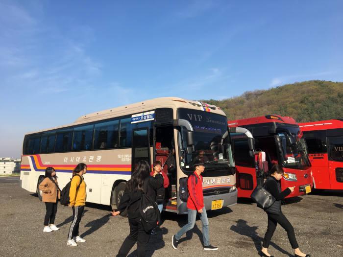 김포대학교 학생들이 무료통학버스로 등교하고 있다.