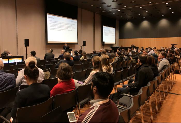 김우주 고려대학교 구로병원 감염내과 교수가 유럽 임상 미생물학 및 감염질환 학회에서 셀트리온의 종합인플루엔자 항체 신약 임상 2상 결과를 발표하고 있다.