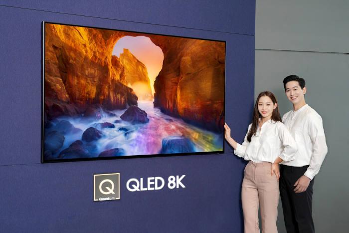 삼성전자 모델들이 삼성 디지털프라자 삼성대치점에서 화질에서 스마트 기능까지 완전히 새로워진 2019년형 QLED TV를 소개하고 있다.