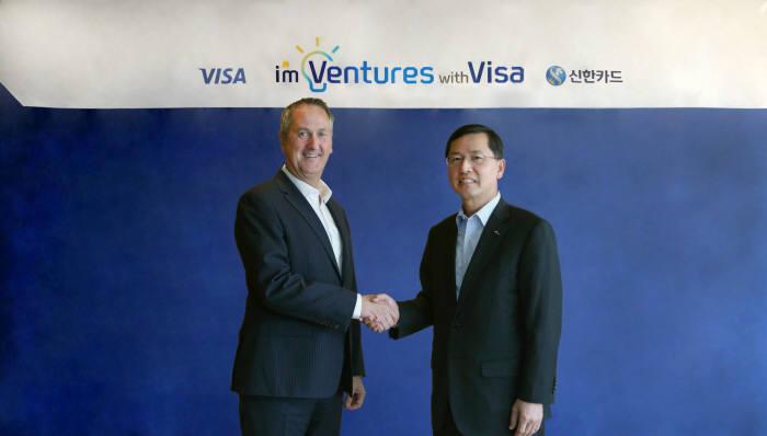 임영진 신한카드 사장(오른쪽)과 크리스 클락 비자 아시아 퍼시픽 총괄대표가 협약 후 기념촬영했다.
