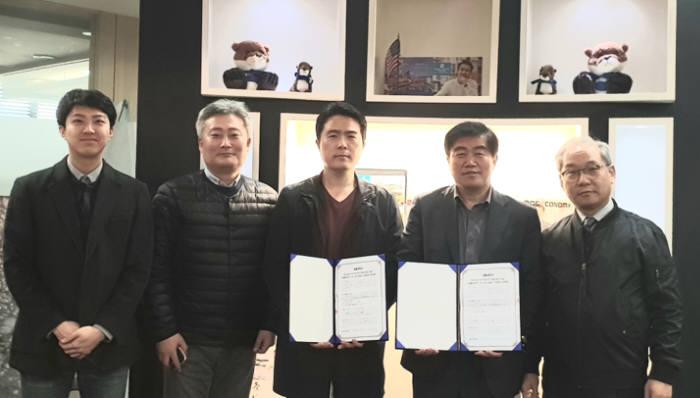 김용관 한국문화콘텐츠거래소 대표(왼쪽 네번째)와 김재한 월간항공 편집장(왼쪽 세번째)이 양사 관계자가 참석한 가운데 업무협약을 체결했다.
