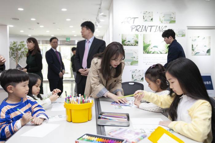 SK텔레콤은 17일 T월드 인천지점을 청년갤러리로 단장하고 유지희 작가와 지역 어린이가 함께하는 개관 행사를 개최했다.