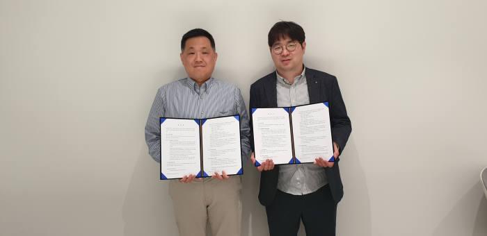 박성재 얍체인 대표(오른쪽)와 김원국 스카이채널아시아 대표가 협약 후 기념촬영했다.