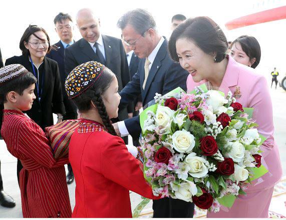 투르크메니스탄을 국빈 방문 중인 문 대통령 내외가 16일(현지시간) 공항에 도착해 환영 꽃다발을 받고 있다<출처:청와대>