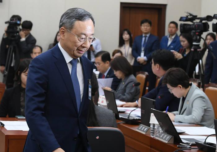 황창규 KT회장이 17일 국회 청문회에 참석했다.