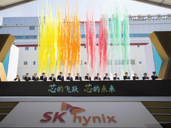 SK하이닉스 중국 우시 확장팹(C2F) 준공식에서 주요 참석자들이 공장 준공을 알리는 버튼을 누르고 있다.(제공: SK하이닉스)