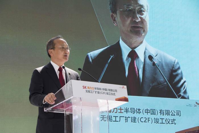 이석희 SK하이닉스 CEO가 중국 우시 확장팹(C2F) 준공식에서 환영사를 하고 있다.(제공: SK하이닉스)