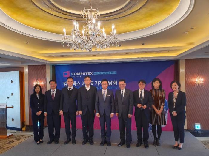 18일 서울 소공동 롯데호텔에서 열린 컴퓨텍스 2019 기자간담회에서 제임스 황 타이트라 회장(왼쪽에서 다섯번째)과 회사 관계자, 주요 참가업체 관계자들이 기념촬영을 하고 있다.