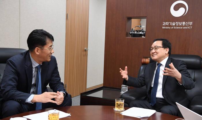 """[데스크가 만났습니다]유영민 과기정통부 장관 """"5G, 이제부터 진짜 승부"""""""