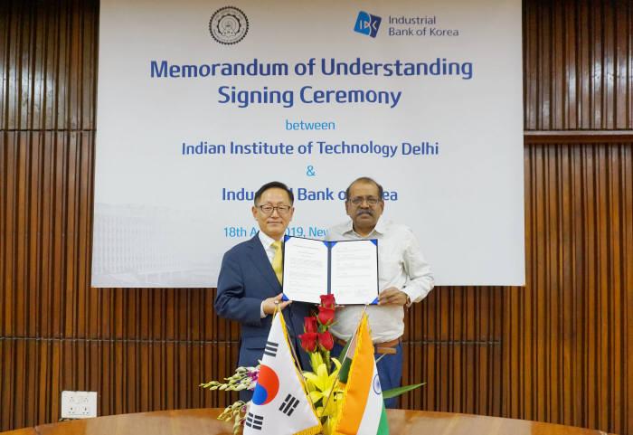최성재 IBK기업은행 글로벌사업부 본부장(왼쪽)과 산지브 상히 IIT 경영전문대학 학장.