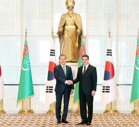 문재인 대통령과 구르반굴리 베르디무하메도프 투르크메니스탄 대통령이 정상회담에 앞서 기념 촬영을 하고 있다<출처:청와대>