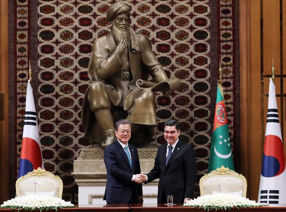 문재인 대통령과 구르반굴리 베르디무하메도프 투르크메니스탄 대통령이 회담 직후 가진 공동언론 발표에서 기념 촬영을 하고 있다<출처:청와대>