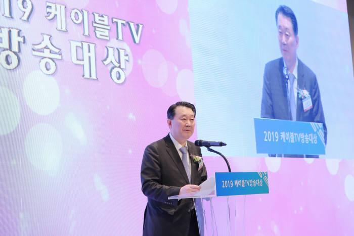 한국케이블TV방송협회(KCTA)는 18일 2019 케이블TV방송대상 시상식을 개최, 분야별 수상작을 발표하고 시상했다. 사진은 환영사를 하고 있는 김성진 KCTA 회장.