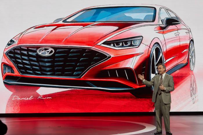 2019 뉴욕모터쇼 현장에서 브라이언 스미스 현대자동차 미국법인(HMA) 최고운영책임자(COO)가 신형 쏘나타를 소개하고 있다.