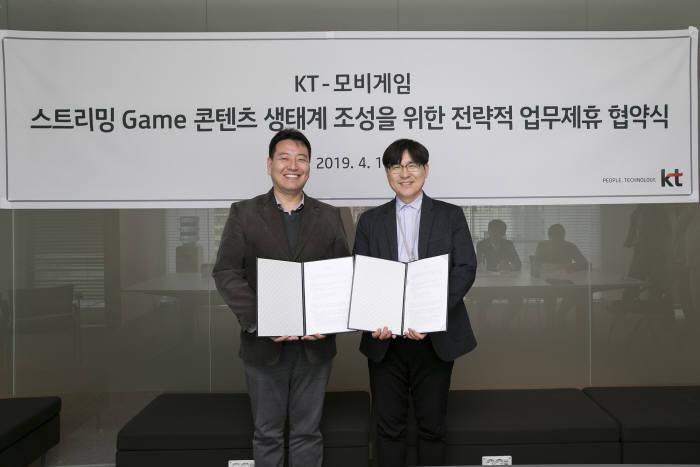 전대진 KT 콘텐츠플랫폼사업담당 상무(왼쪽)와 송원영 모비게임 대표)가 스트리밍 게임 콘텐츠 공동 발굴 업무협약을 체결했다.