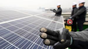 """[이슈분석] 재생에너지 35%… """"비현실적"""" vs """"가야할 길"""""""