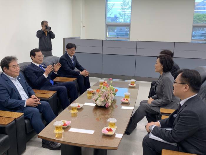 박영선 중소벤처기업부 장관이 22일 한국생산기술연구원 서남지역본부를 방문해 이용섭 광주시장과 대화하고 있다.