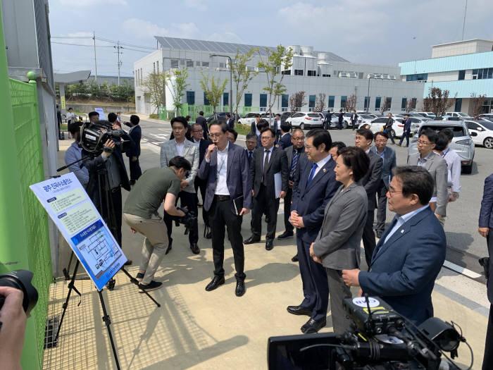 박영선 중소벤처기업부 장관이 22일 광주 진곡산업단지를 방문해 수소 스테이션 공사 현장을 청취하고 있다.