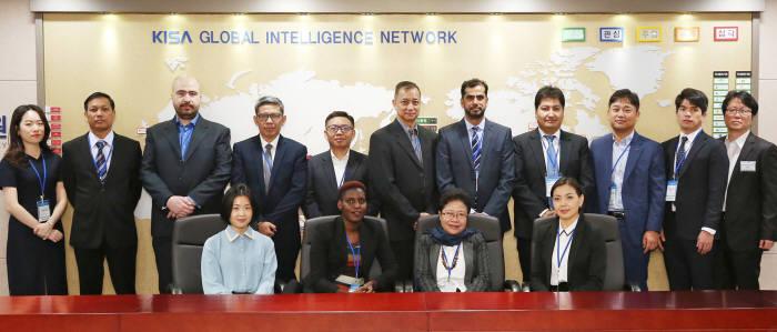 한국인터넷진흥원과 과기정통부가 22일(월)부터 5일 간 운영하는 정보보호 해외진출 파트너십 기업연계 프로그램 첫날 행사에서 참가자들이 기념사진을 촬영하고 있다.